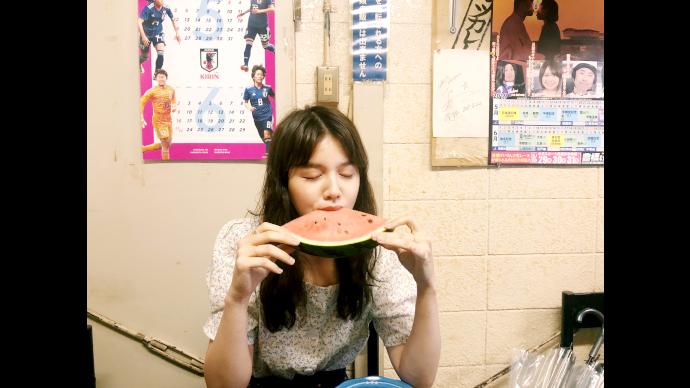 村田倫子のギャンブル酒場豊橋競輪場後編4 村田倫子さんがスイカを食べている写真